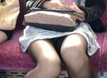 """<span class=""""title"""">正面からまる見え…無防備な女性の股間がめちゃくちゃエロい電車内パンチラ盗撮画像</span>"""