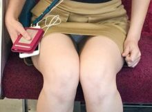 【電車内盗撮エロ画像】この臨場感溢れるパンチラはガチ!電車内で撮られた素人娘の無防備な股間wwww