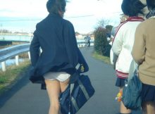 【風パンチラエロ画像】冷たい北風に煽られめくれる女子高生のスカート!まる見えのパンチラが超興奮するwwww