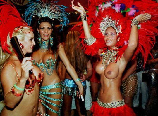 【サンバエロ画像】うほっ!乳首まる見えwww本場リオのサンバカーニバルが過激とかいうレベルじゃねーwwww