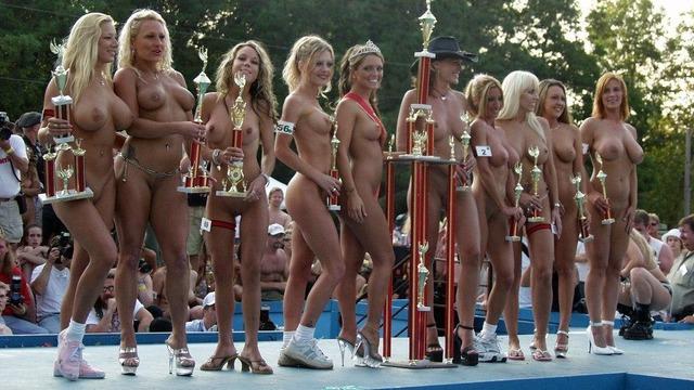 【全裸コンテストエ□画像】パツキンのおねーさんが全裸で大集合