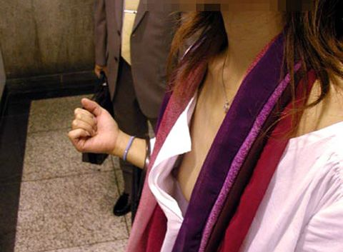【胸チラエロ画像】男の視線を釘付けにする素人娘の胸チラ…たまに見える豆粒乳首がたまんねーwwww