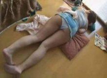 【家庭内盗撮エロ画像】パンツまる出しで昼寝する身内の尻…これは撮らざるを得ない無防備さだなwwww