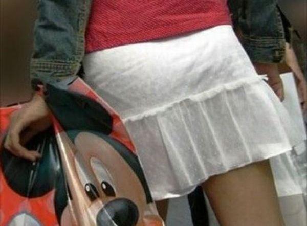 (透けパンえろ写真)パンティラインくっきり☆めっちゃ下着が透けてるおねーさんの街撮り写真wwwwwwww