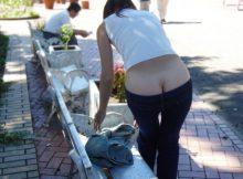 【ローライズエロ画像】腰上パンチラどころか公衆の面前の尻のワレメまる見え…頭おかしいだろこいつらwwww