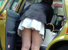 【パンチラエロ画像】街中でパンツまる見えのこういう女って意外と見かけるから笑えるwww車の乗り降りパンチラ!