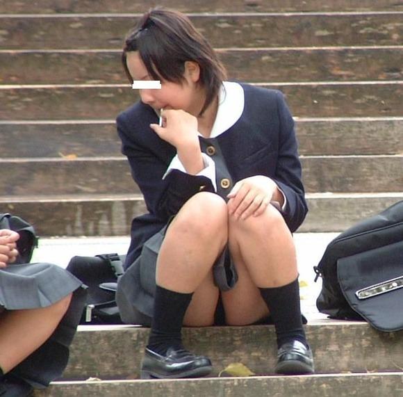 【階段パ○チラエ□画像】おねーさん、パンツまる見えでっせ?教えてあげたほうがいいのか悩む階段に座っちゃう女