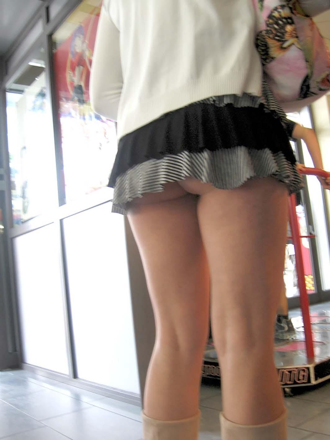 スカート短すぎて常時パンチラ…街中で見つけた恥知らず娘がこちらwwww