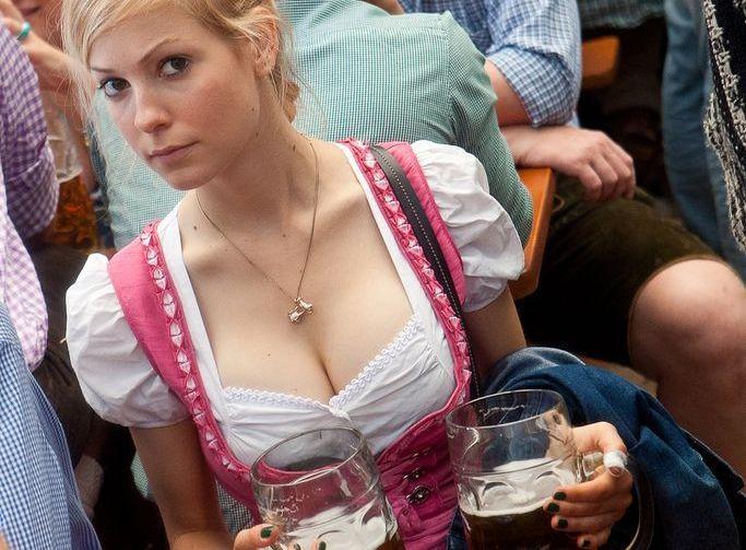【ビール祭りエロ画像】ドイツのビール祭りがおっぱい祭りだったでござるwwwこの生おっぱい見ながらビール飲みてぇなwww