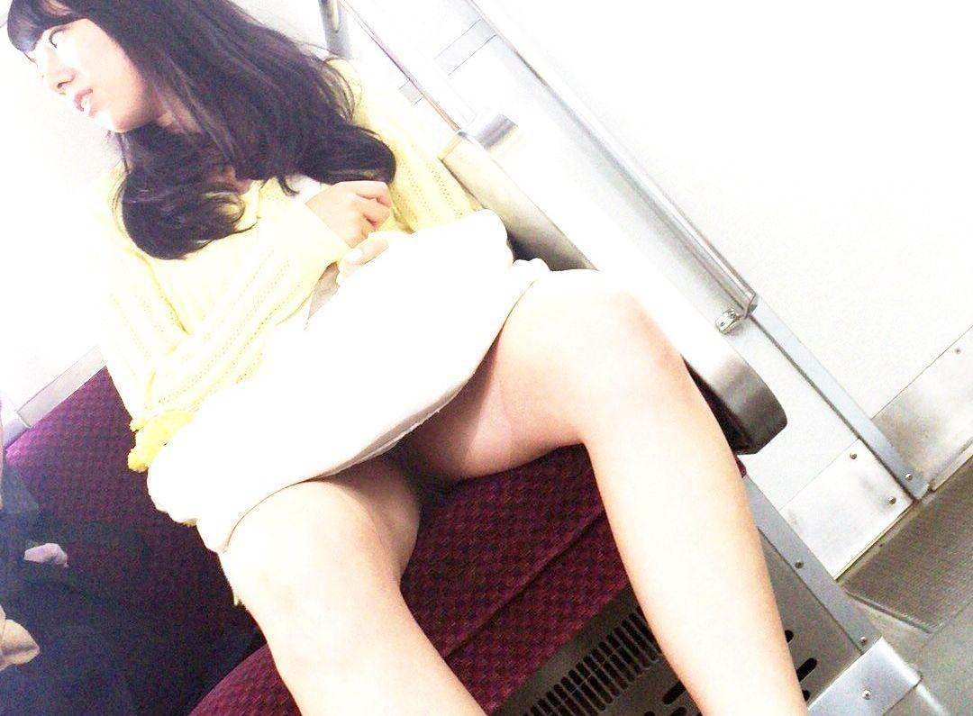 (列車内えろ写真)列車に乗ってると暇だから…つい出来心で隠し撮りしたおねーさんたちの胸元足元えろ過ぎるwwwwww