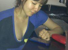 【胸チラエロ画像】身内に晒された豆粒乳首www家庭内で撮られた胸チラ画像