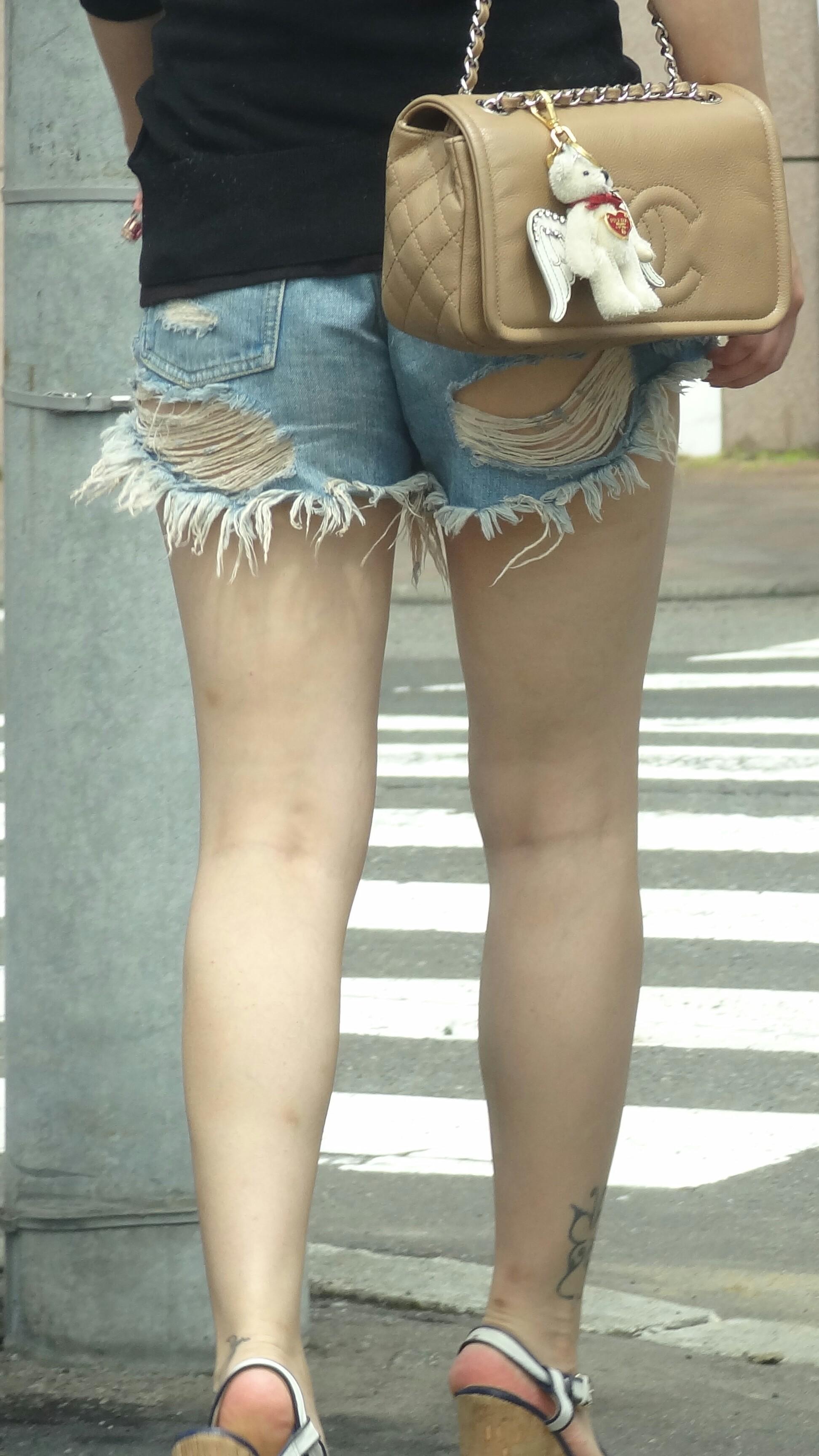 【ダメージジーンズエ□画像】ファンションですから!って言われても…パンツまで見えてるダメージジーンズが草不可避www