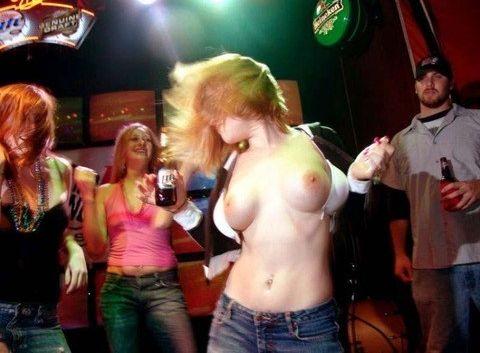 (ディスコえろ写真)酔っ払ったシロウトのおねーさんがお乳やまんこまで曝け出し踊る海外のディスコwwwwwwww