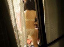 """<span class=""""title"""">結構鮮明に撮られてしまう…女の子の私生活!?ベランダや窓から覗かれた民家盗撮エロ画像</span>"""