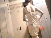 【着替え盗撮エロ画像】同僚の着替えシーンに勃起がとまらない…更衣室を覗いたガチ盗撮画像が超興奮するwww