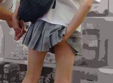 【食い込みエロ画像】マンポジ!?パンツの食い込みを直してる女の子がエロ過ぎてフイタwwww