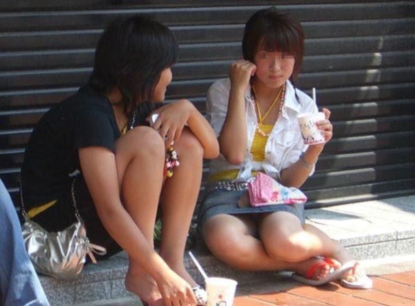 (パンツ丸見え隠し撮りえろ写真)スカートの奥が超気になるきわどいパンツ丸見え…街中でボッキしそうになるなwwwwwwww