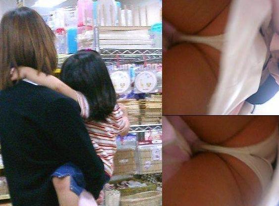 (子連れお母ちゃん逆さ撮り)これが産後の股間…熟れた下半身がくっそえろい子連れお母ちゃんの逆さ撮り写真wwwwwwww