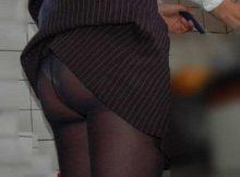 【パンチラエロ画像】気づいたときには赤面不可避…スカートが折れたり鞄に引っかかってパンツまる見えのおねーさんwww
