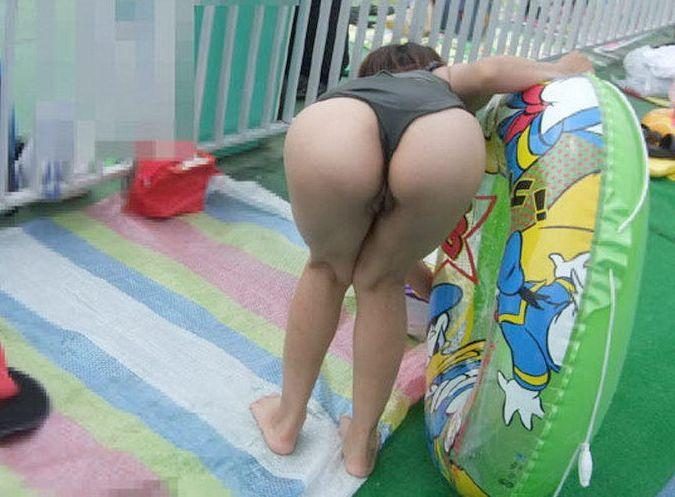 (子連れお母ちゃんミズ着えろ写真)これが産後の尻☆☆ミズ着姿で尻まる見えの子連れお母ちゃんがエロ過ぎてボッキ不可避wwwwww