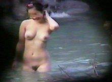 【露天風呂盗撮エロ画像】秘湯ゆえに隠れ場所もいい山奥の露天風呂は盗撮犯にとっても天国なんだなwwww