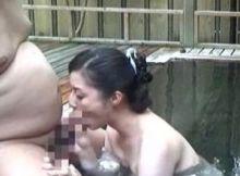 【露天風呂SEXエロ画像】自分たちしかいないと思って露天風呂でエッチしちゃうバカップルの隠し撮り画像