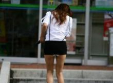【ミニスカエロ画像】ありえないミニスカ!今にもパンツが見えそうなリアルワカメちゃんを発見した街撮り画像