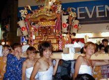 【夏祭りエロ画像】ハッピや浴衣でテンションあげあげ~!!うら若きギャルがぽろりしちゃうほど大はしゃぎする夏祭りのエロ画像