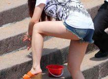 【美脚エロ画像】ホットパンツから剥き出しになった太もも…美脚ギャルの生足が尋常じゃなくエロい街撮り画像