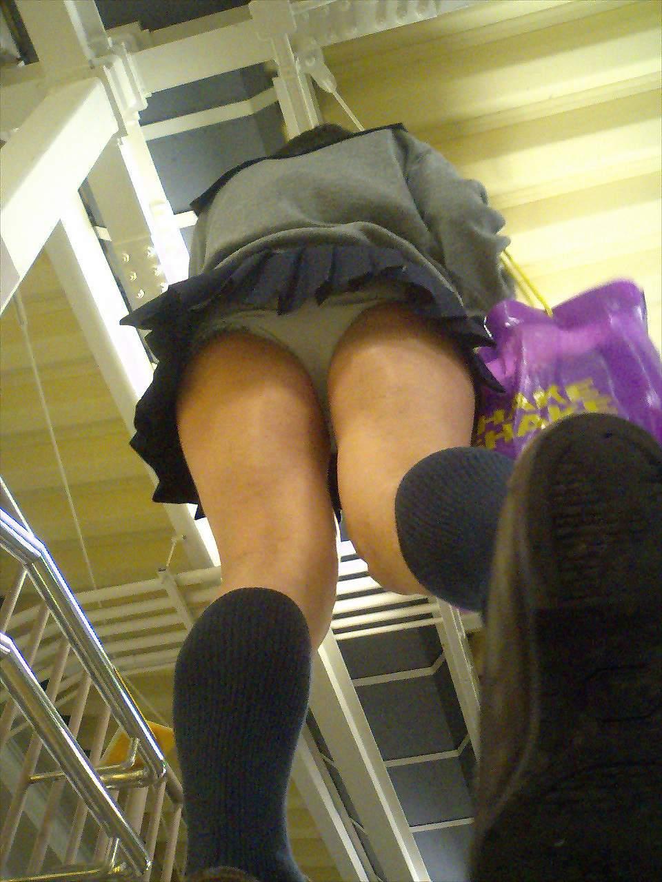 【ローアングルJkエ□画像】超低空…ローアングルから撮った女子●生の下半身がど迫力な隠し撮り画像