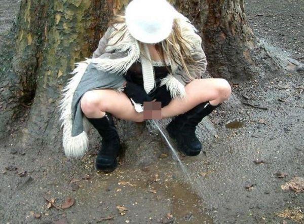【野外放尿エロ画像】女の子のワレメからおしっこがチロチロ…性癖拗れた変態娘の野外放尿画像