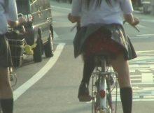 【自転車パンチラエロ画像】遭遇できたら思わずテンション上がる…自転車通学中女子高生のハプニング的なパンチラ画像