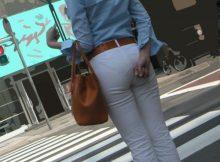【透けパンエロ画像】パンツ透け透けで街中をあるおねーさんの後ろ姿は痴女そのもの…街撮りされた透けパン画像