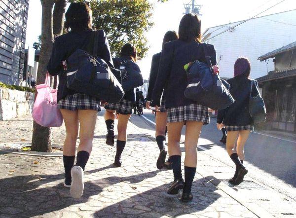 (街撮りJkえろ写真)女子●生がいる街並みが超最高☆通学中の何気ない仕草に思わず見惚れる街撮り写真