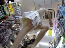 【パンチラ盗撮画像】この迫力はガチ!ローアングルから狙った素人娘の下半身…強烈にそそるパンチラ画像