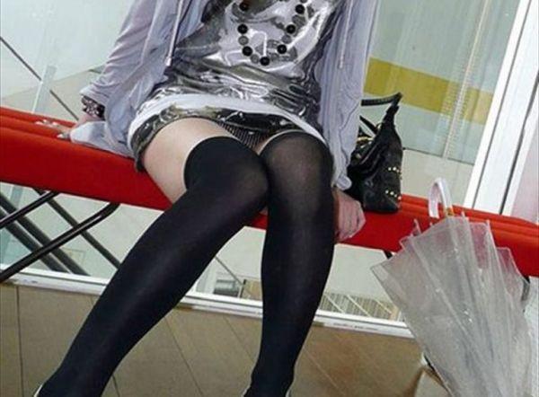 【パンチラエロ画像】スカートが短いからちょっとしたことで見えちゃう素人娘のパンチラ隠し撮り画像