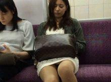 【電車内隠し撮り画像】電車の中でバレずにうまく撮ったパンチラ…素人の無防備な股間が勃起不可避www