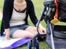 【子連れママパ○チラ】正面から撮った子連れママさんの股間…非処女確定のパ○チラ画像