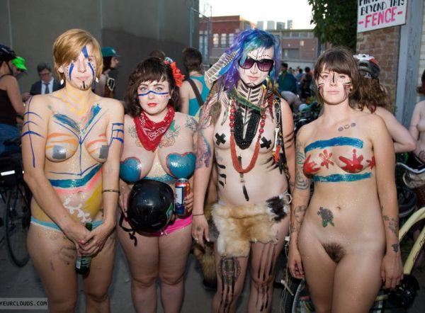 (体ペイントえろ写真)真っ日中から外でお乳やまんこまる出し…裸に体ペイントの集団がうようよwwwwww