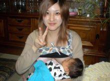 【授乳エロ画像】いったい誰がネットにばら撒いた!?お母さんが赤ん坊におっぱいあげてる授乳エロ画像