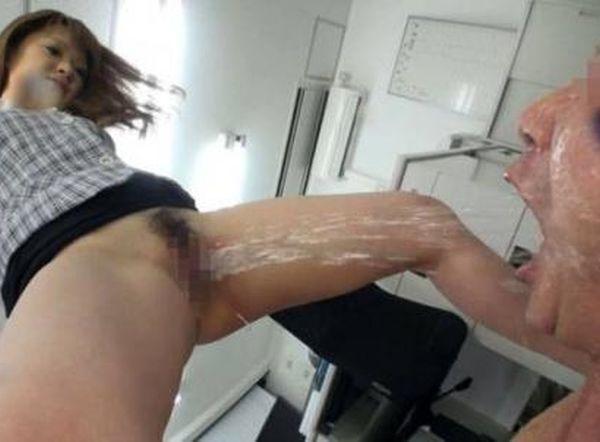 【飲尿エロ画像】これはお仕置きかご褒美か…女の子のおしっこ飲まされる変態の飲尿エロ画像