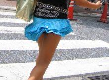 【街撮りミニスカエロ画像】これは興奮するっ!!街中で最高の一瞬…ふわっと浮き上がったスカートから見えるチラリズムに勃起が止まらない
