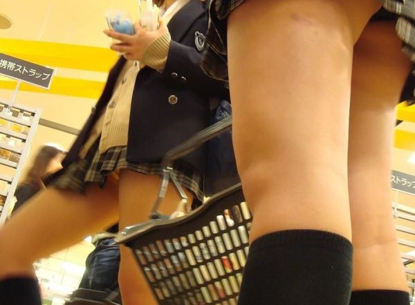 【ローアングルJkエロ画像】男のチンポをダイレクトに刺激する女子●生の下半身…ローアングルから隠し撮りした太ももがやばいwww