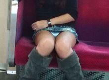 【電車内盗撮エロ画像】嘘やろ…スカートなのにみんなガバガバ!電車内で股ぐらオープン!パンツまる見えの盗撮エロ画像