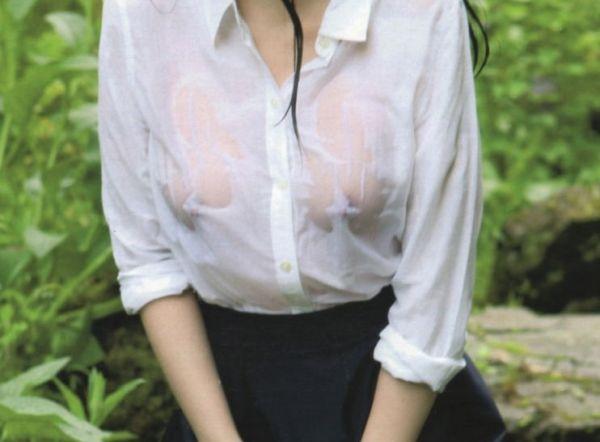 【透け乳首エロ画像】生乳首の数倍エロい…フェチズムくすぐられる濡れシャツ透け乳首画像wwww