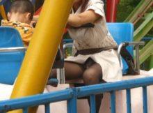 【子連れママパンチラ画像】子供を連れた若いママさんの下着がまる見え…産後の下半身がエロい街撮り盗撮画像