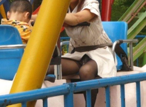 (子連れお母ちゃんパンツ丸見え写真)子供を連れた若いお母ちゃんさんの下着がまる見え…産後の下半身がえろい街撮り隠し撮り写真
