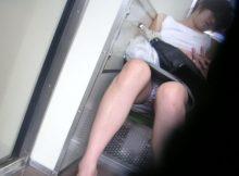 【電車内盗撮エロ画像】この臨場感はガチだな…電車内でバレずに隠し撮りした対面に座った女性の股間がまる見えwww