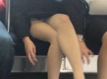 【電車内盗撮エロ画像】駅についても降りられない…対面の女性が降りるまでは!!まる見えの股間から目が離せない電車内www