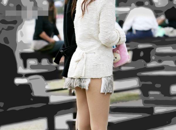 【ミニスカ街撮り画像】エグいスカート穿いてるなぁ…理解不能な短さ!リアル痴女なおねーさんのミニスカがヤバいwww